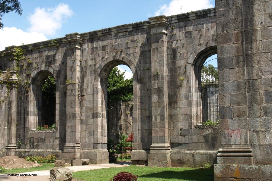 Fachada de las Ruinas de Santiago Apóstol
