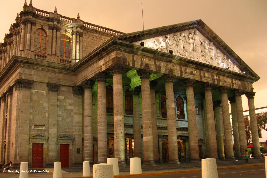Fachada iluminada del Teatro Degollado en Guadalajara