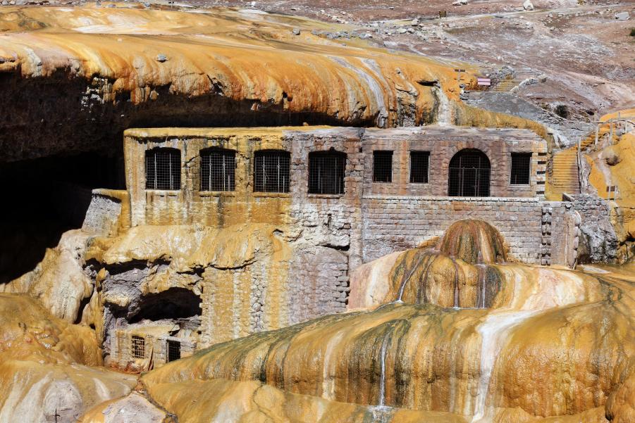 Vista panorámica del Puente del Inca, uno de los lugares para visitar en  en Mendoza