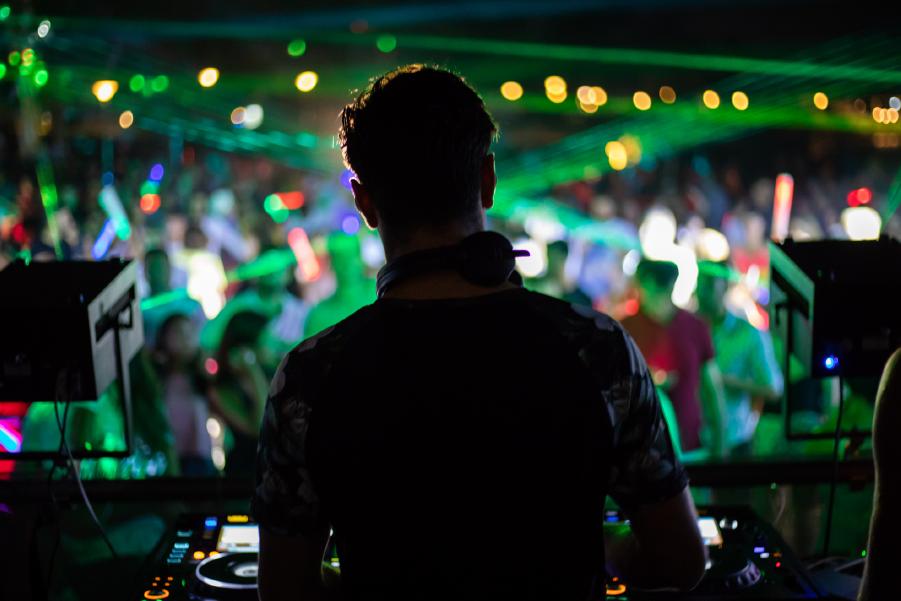 DJ tocando frente a público