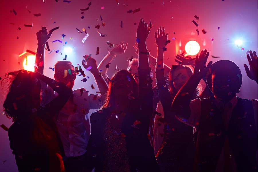 Amigos bailando en la discoteca