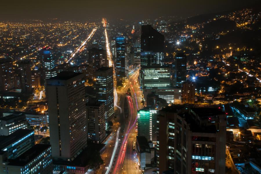 Vista del barrio Chapinero de noche en Bogotá