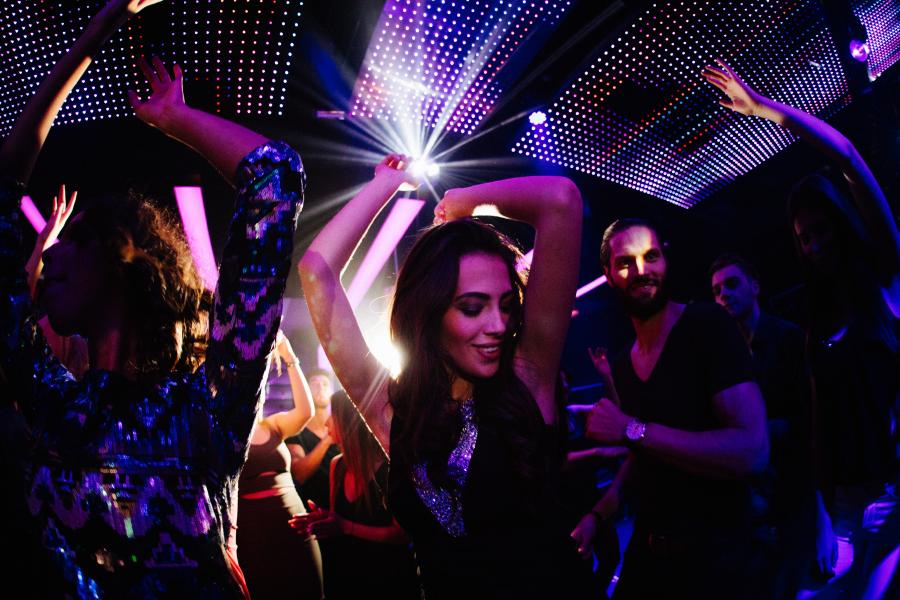 Chica bailando en una discoteca