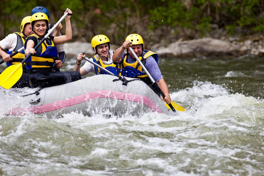 Personas practicando rafting en el río
