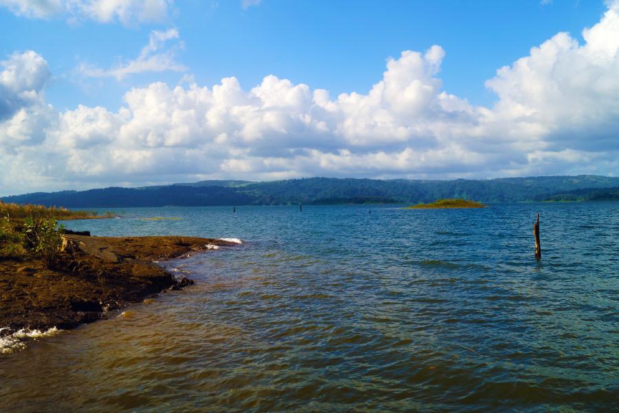 Vista desde la orilla del lago Arenal, uno de los lugares para visitar en San Carlos