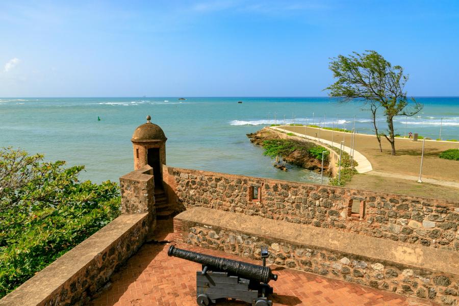 Vista de la playa desde la Fortaleza de San Felipe en un día soleado