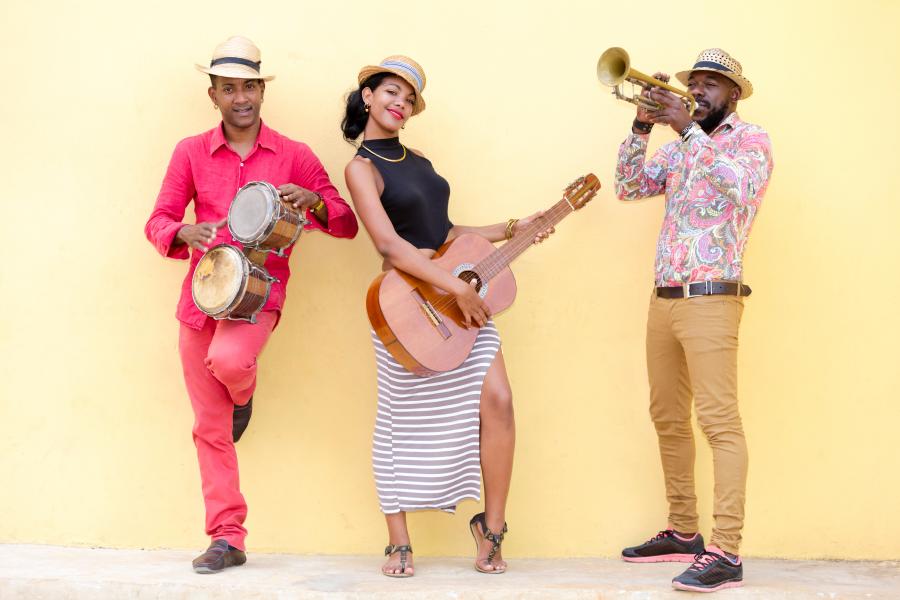 Grupo musical con timbales, guitarra y trompeta