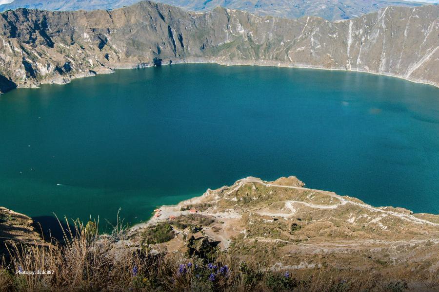 Vista de la laguna y el volcán de Chicabal