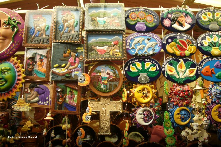 Artesanías regionales coloridas