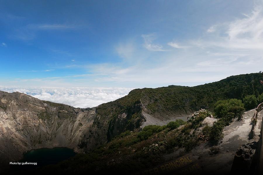 Montañas rocosas por encima de las nubes