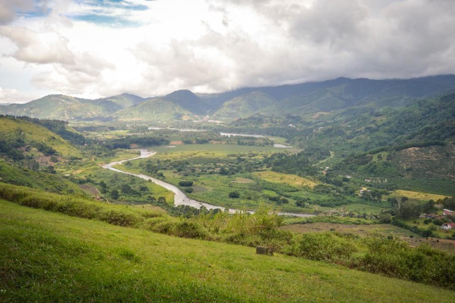 Bonita vista con prados verdes y montañas de fondo
