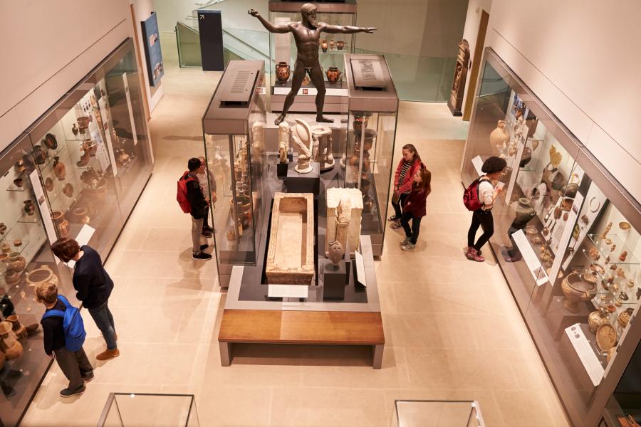Vista en picado de personas visitando la sala de un museo
