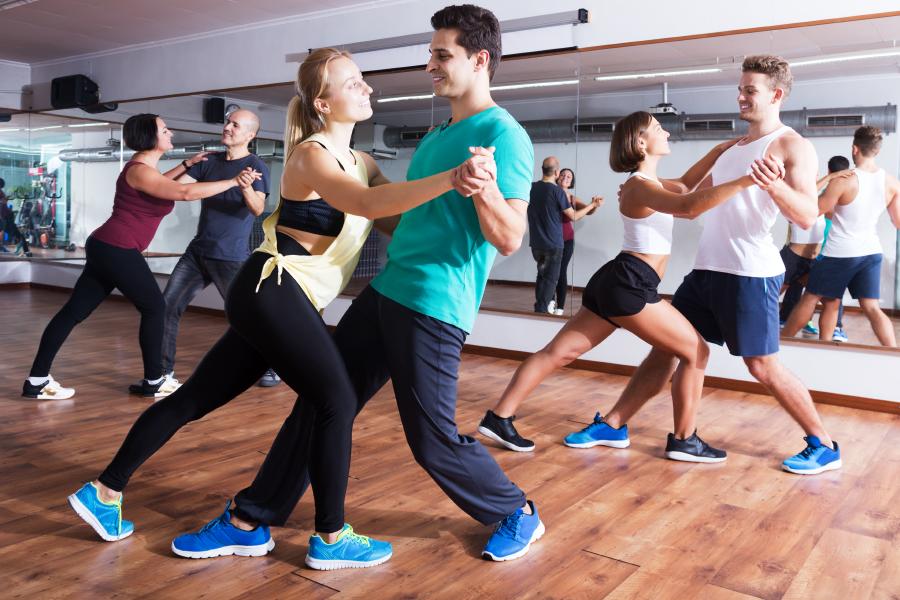 Grupo de parejas en una clase de baile