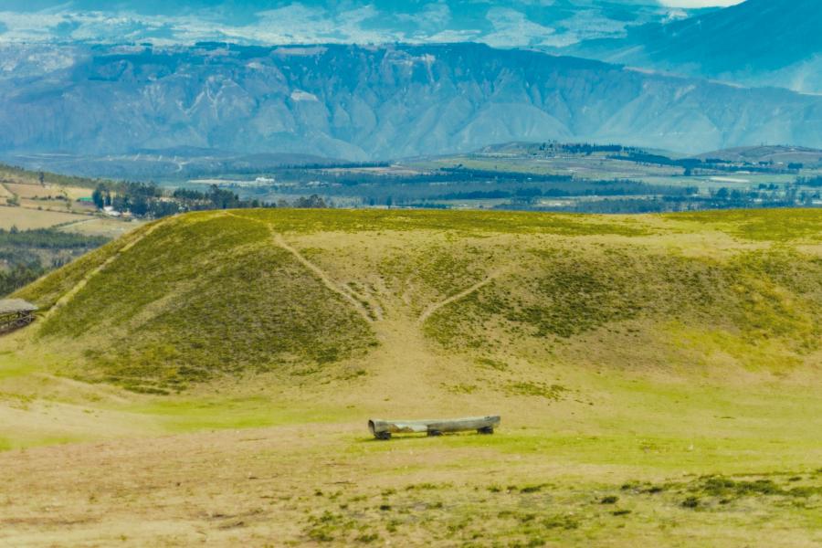 Imagen del parque arqueológico Cochasquí con montañas de fondo