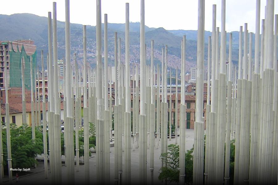 Luces de la Plaza Cisneros en el centro de Medellín