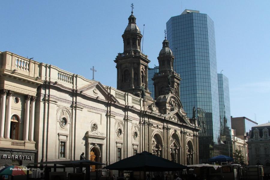 Fachada de un edificio en la Plaza de Armas de Santiago