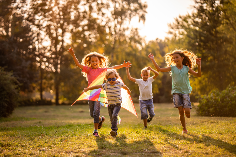 Niños corriendo en un parque