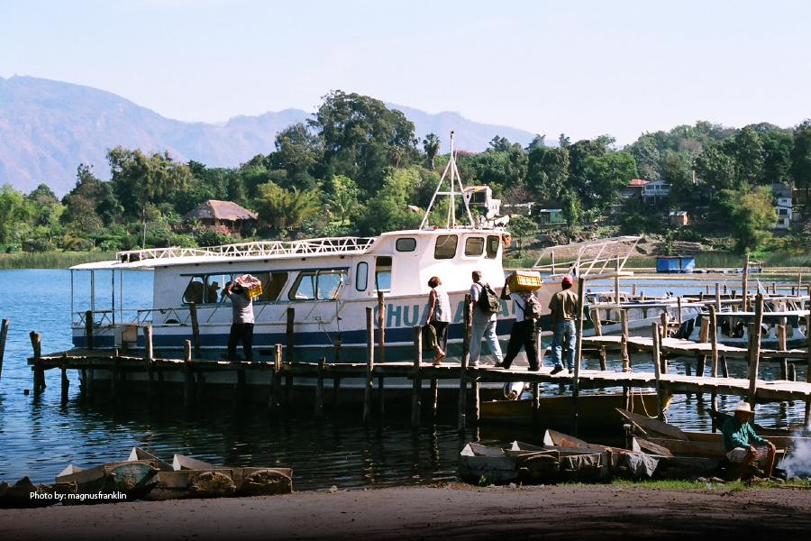 Personas subiendo a una embarcación en la costa