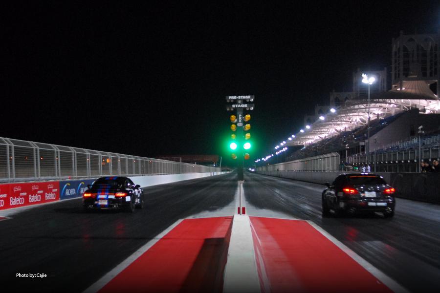 Imagen de un autódromo de noche