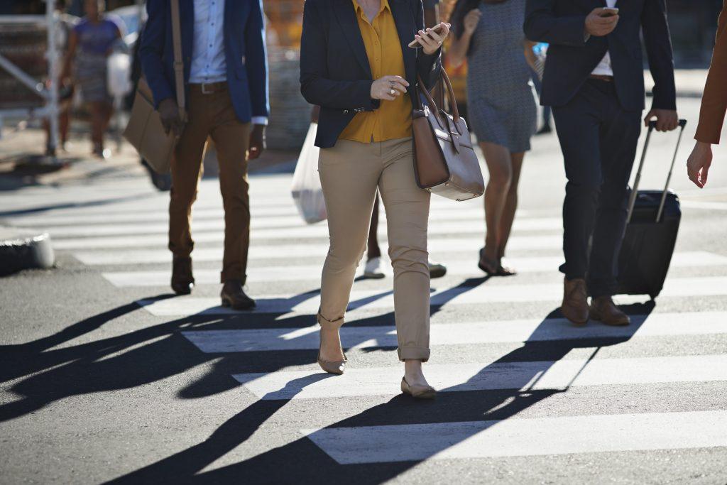 Personas camino a la oficina.